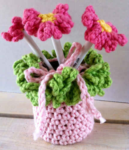 http://www.bestfreecrochet.com/wp-content/uploads/2010/11/FP255-Flower-Pen-Holder_500.jpg