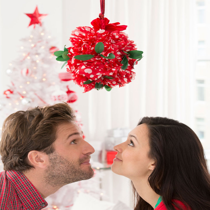 LW4379-Holiday-Kissing-Ball